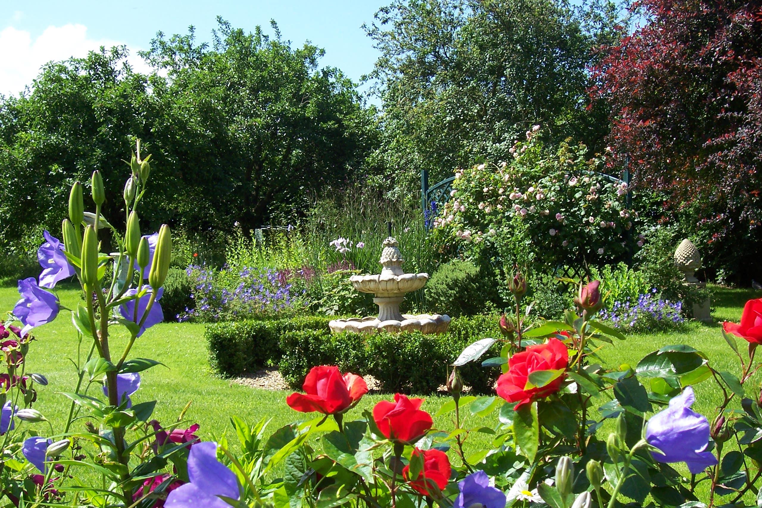 Seeing red in the garden jardin for Poner piedras en el jardin