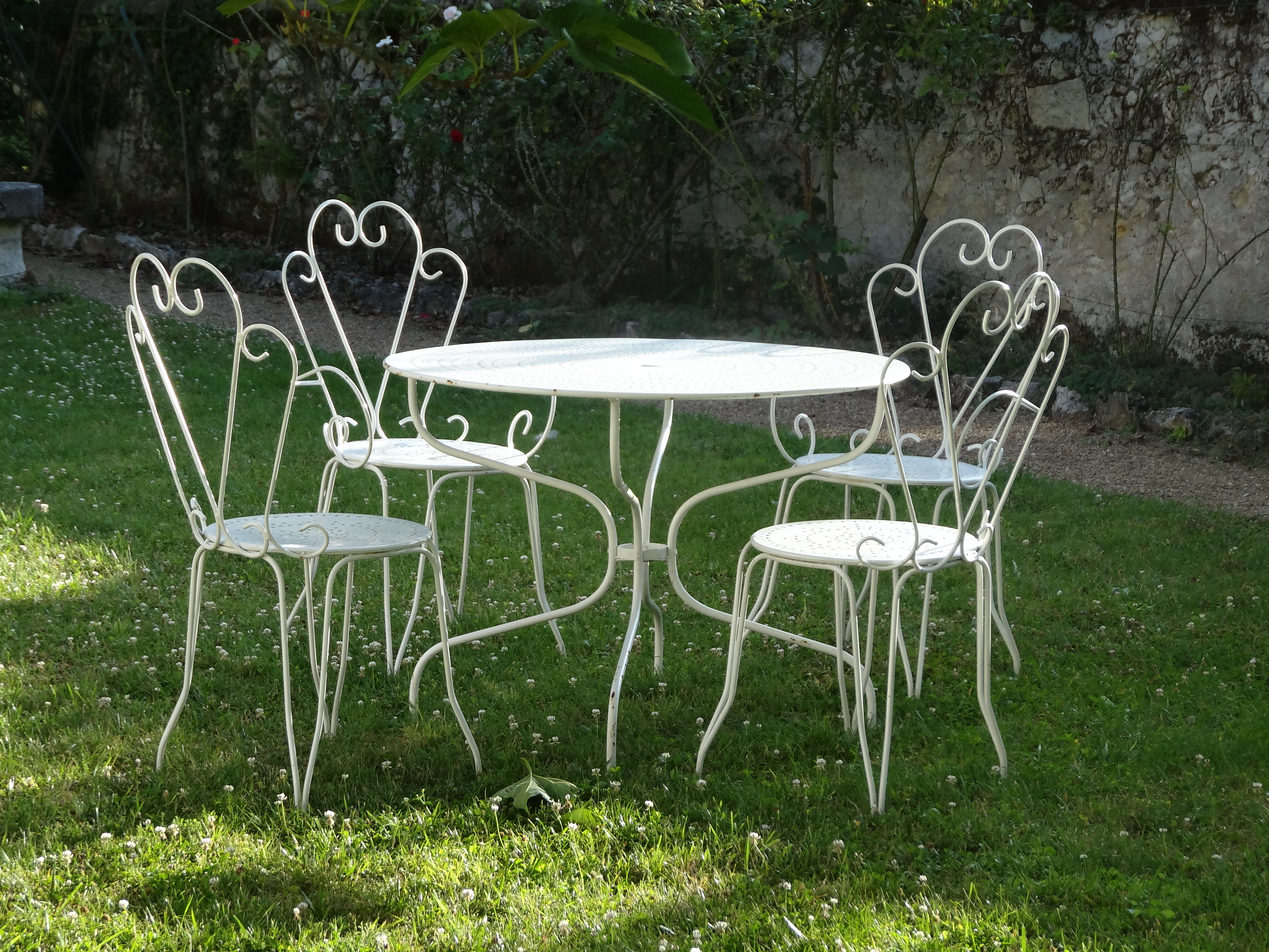 French accents in the garden giving your garden a little va va voom jardin French metal garden furniture